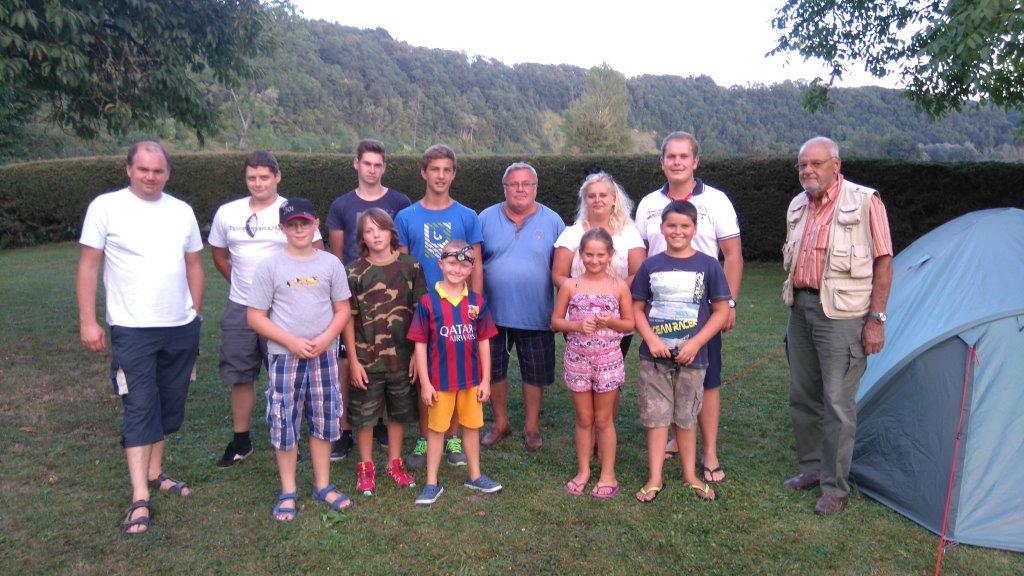 Gruppenfoto Betreuer und Teilnehmer Zeltlager 2015 beim Fischerhaus
